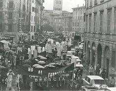 """""""Manifestazione antifascista"""" - via San Faustino - anni 70 http://www.bresciavintage.it/brescia-antica/fotografie-d-autore/manifestazione-antifascista-via-san-faustino-anni-70/"""
