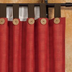 Juego de cortinas Tajín de color llamativo y elegante. Con aplicaciones que la dan un aspecto llamativo y moderno