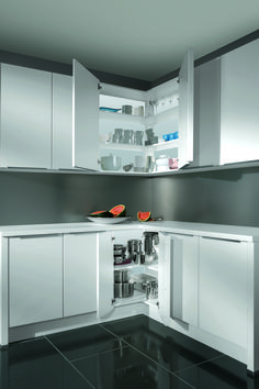 Clever storage options are very important to help you make the most of your kitchen. Check out these innovative storage solutions to help you get the most from even the smallest kitchen space. Nobilia Kitchen, Modern Kitchen Cabinets, Kitchen Corner, Kitchen Layout, Modern Kitchens, Contemporary Kitchens, Kitchen Tips, Kitchen Ideas, Clever Kitchen Storage