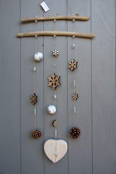 Mobile esprit hiver avec bois flottés, étoiles de neige en bois,clochettes, pignes de pins et perles