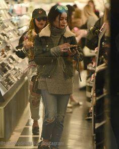 Celebrity Style | 海外セレブ最新ファッション情報 : 【ヴァネッサ・ハジェンズ】コスメ商品をじっくりチェック!ライダースジャケットでコーヒー片手にお買い物...