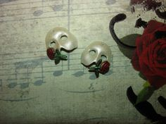 phantom of the opera rose | Phantom of the Opera Mask Pearl White/Red Rose with Green Stem Left ...