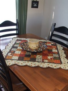 Moda Bake Shop: Gobble Gobble Table Topper and Table Runner. note the pumpkin design in the quilting. Table Runner And Placemats, Table Runner Pattern, Quilted Table Runners, Small Quilt Projects, Quilting Projects, Place Mats Quilted, Quilted Table Toppers, Halloween Quilts, Fall Quilts