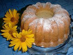 Máslo s cukrem vymícháme do pěny, postupně zašleháme žloutky. Do směsi přimícháme pekany, studený čaj, mléko, mouku smíchanou s kypřícím práškem...