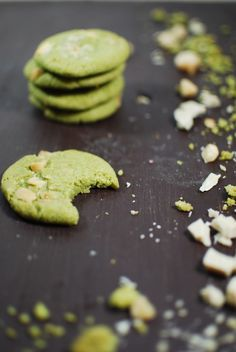Rezept // KISSA Matchadamia Cookie / Matcha & Macadamianuss / Christmas Cookie Recipe Matcha Cookies, Cake Cookies, Macadamia Cookies, Green Tea Ice Cream, Green Tea Recipes, Matcha Benefits, Cupcakes, Vegan Sweets, Healthy Baking