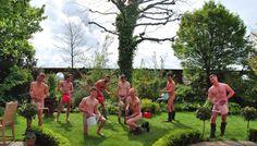 Si fanno chiamare Grubby Gardeners e non è la prima volta che si spogliano per  raccogliere fondi a favore delle famiglie di orticoltori in crisi. Il  gruppo, composto da esperti di orticoltura, è ora protagonista del Naked  Gardeners Calendar ( Calendario dei giardinieri nudi ). Il ri