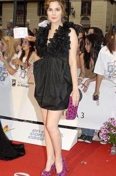 Natalia Sánchez también apostó por el negro en un vestido corto con pétalos superpuestos en el escote en el Festival de Cine de Málaga