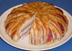 Hozzávalók: 4 db csirkemellfilé 20 dkg szeletelt bacon 20 dkg szeletelt sonka 20 dkg trappista sajt 1 nagy pohár tejföl só bors A bundázáshoz: liszt...