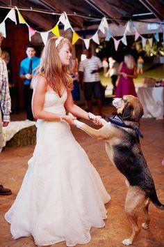 novia bailando con su perro