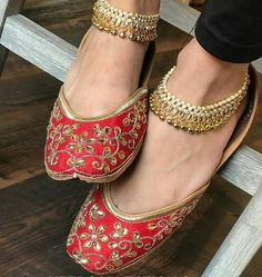 Fashionable flat jutti for the woman of today Are you seeking information about indian women shoes Head to the webpage to see more on ~ Indian Shoes, Indian Jewelry, Wedding Shoes Bride, Punjabi Fashion, Bridal Sandals, Blue Shoes, Anklets, Indian Wear, Bags