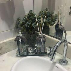 O luxo do cinza com azul!!! Este foi para querida Suellen! Muito obrigada! #dorodecor #lavabodecorado #lavaboperfumado #lavabochic #banheirodecorado #banheirochic #banheirocharmoso #aromatizadordeambiente #vasosdecorativos
