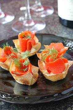 Smoked Salmon & Horseradish Mascarpone in Wonton Cups. Impress your guests with these easy appetizers. Tapas, Ragout Recipe, Smoked Salmon Appetizer, Wonton Cups, Peach Syrup, Salmon Sushi, Clean Eating Snacks, Appetizer Recipes, Chicken Appetizers