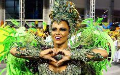 Viviane Araújo desfila como rainha de bateria da Mancha Verde,