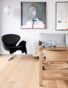 Swan armchair by Arne Jacobsen from Fritz Hansen, Moon lamp by Verner Panton from Verpan and Spanish Chair by Børge Mogensen from Fredericia Furniture | Hot hytte fra 1970'erne B116 - Boligmagasinet.dk