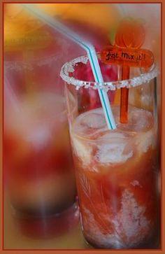 Petit lutin  (fraise-orange-violette) 6 cl de jus de fraise 8 cl de jus d'orange 3 cl de lait 2 traits de sirop de violette des glaçons