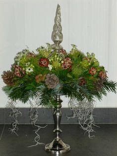 kerststuk op een hoge ondergrond, kan goed op een schaal op voet of een taartbodem.