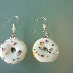 Boucles d'oreille, donut blanc aux perles multicolores