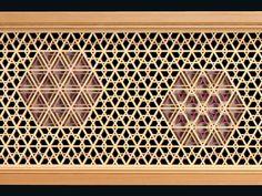 全面を三ツ組の地組で作り、組子細工を組み入れた作品です。六角形の中には、ゴマ柄や曲げ細工で模様を描い...