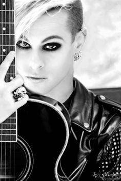 Tommy Joe Ratliff - because, yeah, he's f*kin adorable. I wanna lick him! ;-P