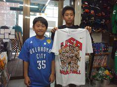 【新宿2号店】 2012年10月31日    新潟からご来店頂きました鷲尾 柊人くん・風河くん兄弟です。    お二人ともバスケをやっているそうですよ    柊人くんにはレブロンのバッシュ、風河くんにはケビン・デュラント選手のTシャツをご購入頂きました