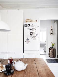 Det finns någonting otillkrånglat över den här stora ettan; det vita, det gråa, det ruffa, det rena – allt är bara självklart. Köket är stort och socialt, vardagsrummet är större. Kanske vill du flytta in direkt. Men kom på visning först - kolla in badrummet!