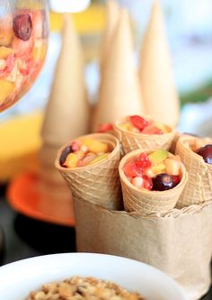 Salada de frutas na casquinha. Hum...