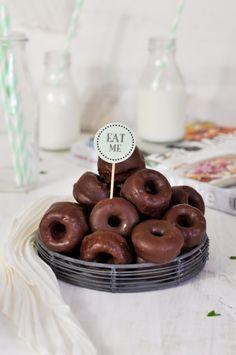 Chocolate baked doughnuts recipe (in Spanish) Pan Dulce, Donut Recipes, Dessert Recipes, Brunch Recipes, Just Donuts, Yummy Treats, Yummy Food, Baked Doughnuts, Chocolate Donuts