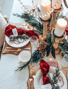 Easy Christmas Table Setting with Red – Hallstrom Home Christmas Dinner Set, Christmas Dining Table, Christmas Table Settings, Christmas Mood, Elegant Christmas, Noel Christmas, Beautiful Christmas, Simple Christmas, Christmas Gifts