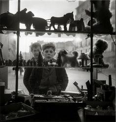Atelier Robert Doisneau | Site officiel  //  La vitrine 1947