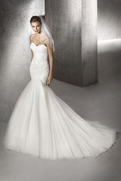 Hot Sale Sweetheart Dropped Train Tulle Ivory Sleeveless Wedding Dress with Beading and Appliques LD3681