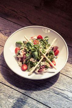 Sałatka z gruszka, szynka parmenska, serem gorgonzola i prazonymi orzechami podana z paluchami grissini // Mix salad with pear, prosciutto, gorgonzola and roasted nuts served with grissini. #salatka #salad