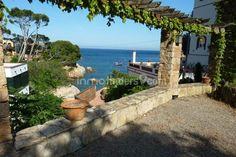 Exclusiva y lujosa propiedad en venta en primera línea de mar con acceso a la Cala d´ En Malaret en la playa de Fornells situada  en la bahía de Aiguablava en la Costa Brava.