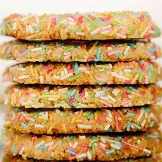 Tutti frutti-kjeks, eller «confetti cookies», er sannsynligvis klodens mest fargerike kjeks – og helt perfekte å servere i barnebursdagen.