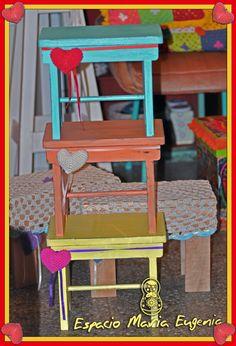 Banquitos bajos de madera con detalle de corazón al crochet - Espacio María Eugenia