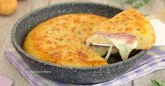 La torta di patate in padella è una ricetta facilissima, velocissima da fare e tanto golosa, si prepara senza uova e le patate non vanno neanche sbollentate
