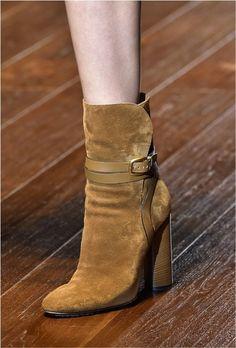 Calzado/Influencia Tejana: A llegado a influenciar en el diseño de botines o botas y se pueden usar con faldas, pantalón y vestidos. No olvides combinarlas con tu bolso favorito.
