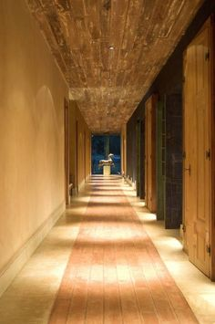 Country Corridor, hallway & stairs by Mario Caetano e Eliane Pinheiro