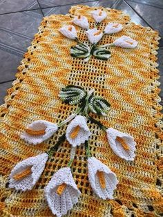 This Pin was discovered by Om - Salvabrani - Salvabrani Lace Doilies, Crochet Doilies, Crochet Lace, Free Crochet, Crochet Flower Patterns, Crochet Flowers, Knitting Patterns, Crochet Table Runner, Crochet Tablecloth