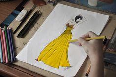 Vestido longo com alcinhas finas e detalhe drapeado no bojo e cintura. No tecido em seda na cor amarelo, com detalhes em pedrarias.