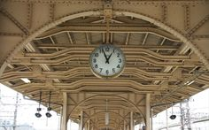 滋賀県 JR米原駅の古いホーム屋根の意匠と懐かしい駅時計  当時の様子が今も変わらずあることは、嬉しいですね♪