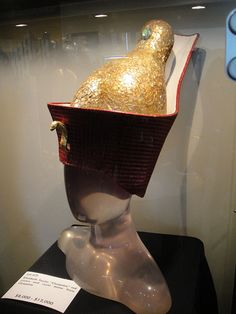 """Debbie Reynolds Auction - Elizabeth Taylor """"Cleopatra"""" red crown and royal dome from """"Cleopatra"""" Elizabeth Taylor Movies, Elizabeth Taylor Jewelry, Elizabeth Taylor Cleopatra, Hollywood Costume, Hollywood Fashion, Irene, Debbie Reynolds, Archaeological Finds, Movie Costumes"""