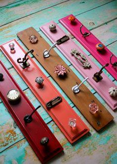 farbige-Bretter-vintage-Metall-Haken-shabby-chic-Knöpfe-Blumen