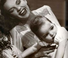 judy garland and daughter liza minelli Old Hollywood Glam, Golden Age Of Hollywood, Hollywood Stars, Classic Hollywood, Judy Garland Children, Judy Garland Liza Minnelli, Gene Kelly, Fred Astaire, Get Happy