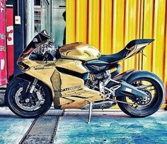 Ducati 899 Panigale dorada / Motorcycles, bikers and more