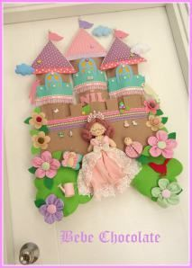 Castelo de Feltro para Porta Maternidade - Como Fazer Cute Crafts, Felt Crafts, Diy And Crafts, Crafts For Kids, Felt Wreath, Felt Garland, Sewing Crafts, Sewing Projects, Projects To Try