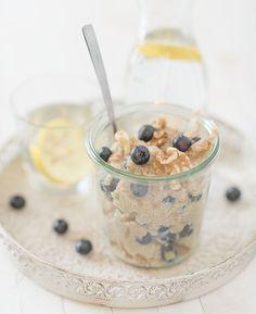 Amaranth ontbijt recept met walnoten en bosbessen. Amaranth gezond? Je leest het in dit recept. Dit amaranth ontbijt recept is voor twee personen Bread Cake, Superfood, Oatmeal, Good Food, Healthy Recipes, Healthy Food, Low Carb, Sweets, Breakfast