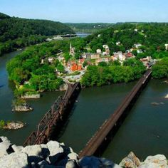 Harper's Ferry, West Virginia, located on the confluence of Shenandoa and Potomay Rivers. The river passage is located in the last degrees of the rebellious, highly political air sign Aquarius and in the last degrees of the earth sign Virgo the main indicator for slavery. Valid for field level 3 which describes how the site of the bridges is embedded in the surrounding area.