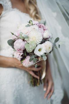 bouquet con peonie, dalie e foglie di eucalipto