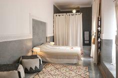 Ház a következő városban: Marrakesh, Marokkó. Dotée d'une magnifique terrasse avec vue sur la médina, cette maison d'hôtes de 4 chambres est située à 10 minutes à pied de la place Jemaâ El Fna. Elle propose une bibliothèque, une salle à Manger un patio et plusieurs salons.  Bénéficiant d'une ...