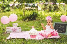 smash the cake Baby Girl First Birthday, Unicorn Birthday Parties, Outdoor Cake Smash, First Birthday Photography, Birthday Girl Pictures, 1st Birthday Photoshoot, Smash Cake Girl, Birthday Backdrop, Foto Baby